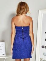 Niebieska sukienka koktajlowa w tłoczony wzór                                  zdj.                                  2