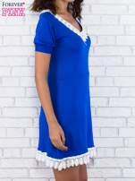 Niebieska sukienka z koronkowym wykończeniem                                                                          zdj.                                                                         2