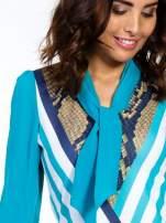 Niebieska sukienka z  wiązaniem przy dekolcie i nadrukiem skóry węża                                  zdj.                                  5