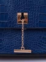 Niebieska torba z motywem skóry aligatora i złotym łańcuszkiem                                  zdj.                                  5