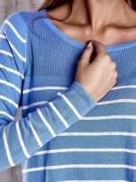 Niebieski luźny sweter w paski z ażurowym dekoltem                                  zdj.                                  5