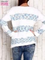 Niebieski puszysty sweter w kolorowe pasy                                  zdj.                                  4