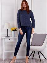 Niebieski sweter z warkoczowymi splotami                                  zdj.                                  4