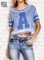 Niebieski t-shirt acid wash z literą A