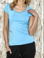 Niebieski t-shirt sportowy z marszczeniem przy biuście                                                                          zdj.                                                                         1