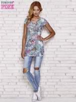 Niebieski t-shirt w patchworkowe wzory z dżetami                                  zdj.                                  2