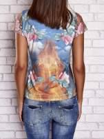 Niebieski t-shirt w róże z nadrukiem gór i nieba                                  zdj.                                  2
