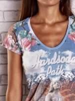 Niebieski t-shirt w róże z nadrukiem gór i nieba