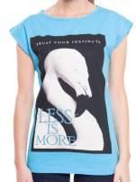 Niebieski t-shirt z nadrukiem flaminga i napisem LESS IS MORE                                                                          zdj.                                                                         4