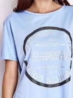 Niebieski t-shirt z nadrukiem i frędzlami                                                                          zdj.                                                                         5