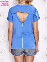 Niebieski t-shirt z napisem i trójkątnym wycięciem na plecach                                                                          zdj.                                                                         4