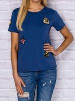 Niebieski t-shirt z naszywkami                                  zdj.                                  1