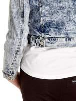 Niebieskia kurtka jeansowa damska marmurkowa z kieszeniami