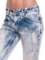 Niebieskie dekatyzowane spodnie trash jeans                                  zdj.                                  6