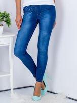 Niebieskie jeansowe spodnie skinny z perełkami na kieszeniach                                  zdj.                                  1