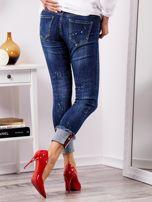 Niebieskie jeansy z podwijanymi nogawkami                                  zdj.                                  7