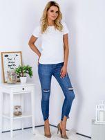 Niebieskie jeansy z rozdarciami i wystrzępionymi nogawkami                                  zdj.                                  4