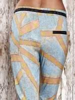 Niebieskie lejące spodnie z artystycznym nadrukiem                                  zdj.                                  6