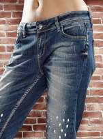 Niebieskie spodnie girlfriend jeans z kryształakami                                  zdj.                                  6