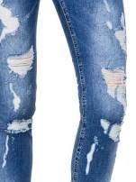 Niebieskie spodnie jeans 7/8 z dziurami i przetarciami