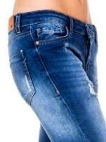 Niebieskie spodnie jeansowe rurki z dziurami i strzępioną nogawką                                                                          zdj.                                                                         6