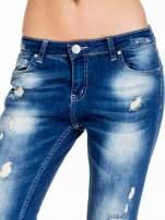 Niebieskie spodnie jeansowe rurki z dziurami na kolanach                                  zdj.                                  5