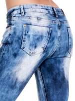 Niebieskie spodnie jeansowe rurki z rozjaśnianą i przecieraną nogawką                                  zdj.                                  7