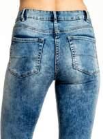 Niebieskie spodnie jeansowe skinny z przetarciami                                  zdj.                                  6