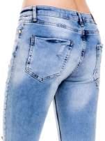 Niebieskie spodnie jeansowe z dziurami i rozdarciami                                  zdj.                                  8