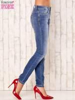 Niebieskie spodnie jeansy ze srebrnymi napami                                  zdj.                                  2
