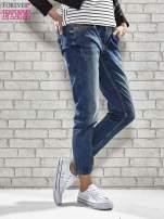 Niebieskie spodnie regular jeans z ćwiekami przy kieszeniach                                  zdj.                                  1