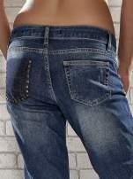 Niebieskie spodnie regular jeans z ćwiekami przy kieszeniach                                  zdj.                                  8