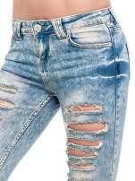 Niebieskie spodnie rurki typu trash jeans                                                                          zdj.                                                                         4