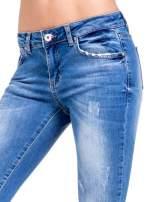 Niebieskie spodnie skinny jeans z cieniowaniem i ciętą nogawką                                  zdj.                                  6