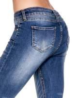 Niebieskie spodnie skinny jeans z dziurami z przodu