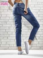 Niebieskie spodnie skinny jeans z postrzępioną nogawką na dole                                  zdj.                                  2