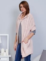 Otwarty sweter z warkoczowym wzorem i kapturem różowy                                  zdj.                                  3