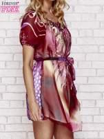 Sukienka mgiełka w kolorowe wzory z paskiem i aplikacją                                                                          zdj.                                                                         3
