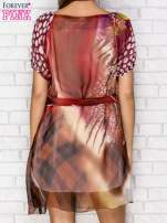 Patchworkowa sukienka mgiełka z paskiem i błyszczącą aplikacją                                  zdj.                                  2