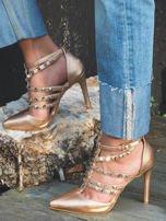 Perłoworóżowe sandałki na szpilkach zapinane w kostce z ozdobnymi paseczkami i ćwiekami                                  zdj.                                  1