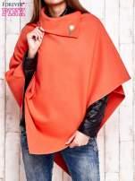 Pomarańczowe poncho z biżuteryjną przypinką                                  zdj.                                  1