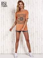 Pomarańczowy t-shirt z kwiatami efekt acid wash                                  zdj.                                  2