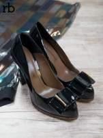 ROCCOBAROCCO Czarne lakierowane pantofle na słupku z kokardką                                                                          zdj.                                                                         2