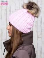 Różowa czapka z warkoczowym splotem i futrzanym pomponem