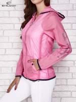 Różowa kurtka wiatrówka z czarnym wykończeniem                                  zdj.                                  4