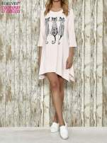 Różowa sukienka damska z nadrukiem kotów                                  zdj.                                  5