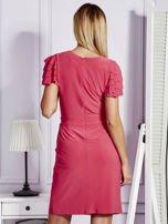 Różowa sukienka koktajlowa z falbankami na rękawach                                  zdj.                                  2
