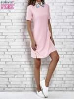 Różowa sukienka z wyszywanym kołnierzem