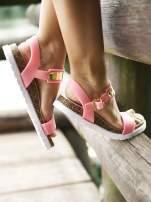 Różowe płaskie sandały z blaszką na korkowej podeszwie                                  zdj.                                  1
