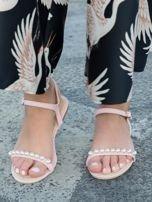 Różowe sandały z ozdobnymi perełkami na przodzie cholewki                                  zdj.                                  1